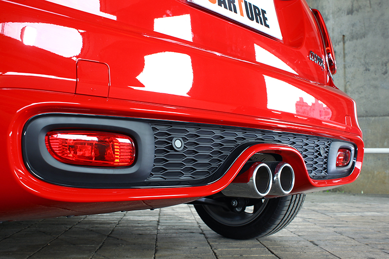 後下保桿以及中出式雙圓尾飾管也是獨家特色,不過引擎發動著開尾門拿東西腳會很熱。