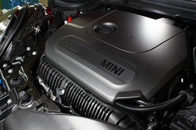 Cooper S車頭引擎艙裡橫躺的,仍然是那具2.0升直列四缸渦輪增壓心臟,可輸出192hp最大馬力。