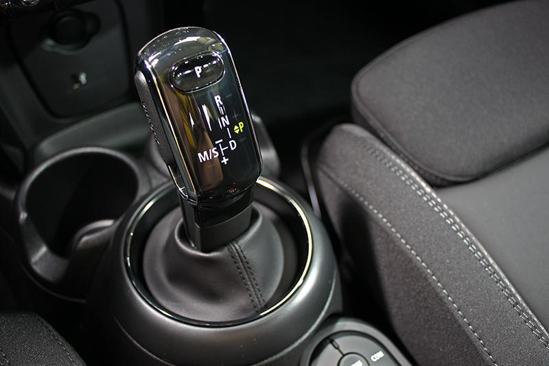 全車系改換七速雙離合器自手排變速系統堪稱是本次小改款Mini Hatch最大的變革,僅剩JCW使用八速手自排變速箱。