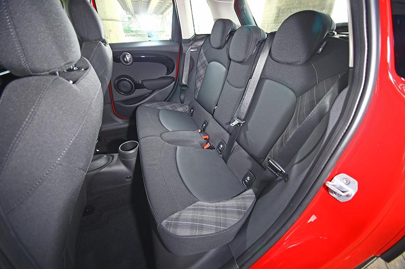 儘管軸距增長且增加後方兩扇車門,但Mini 5D的後座依舊只能剛好容下兩名成人而已,要擠進第三個乘客可能會有些委屈...