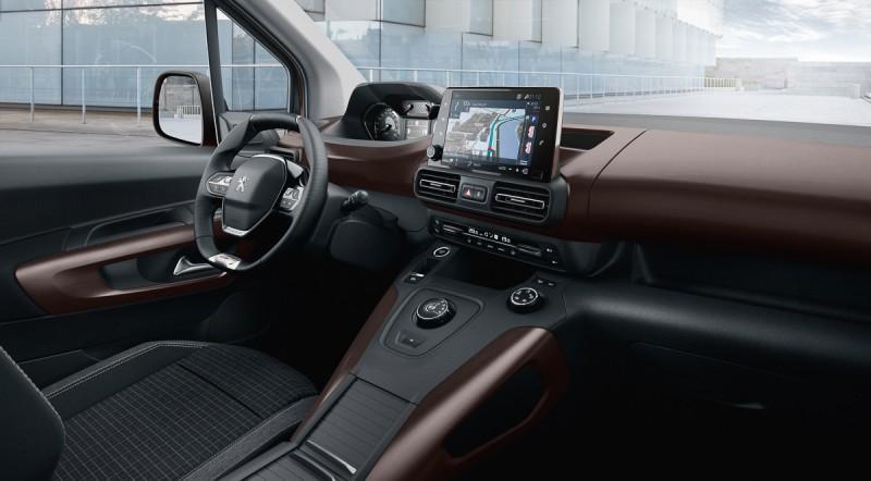 Rifter內裝採用彩色塗裝飾板以及高級雙材質布椅,透過鍍鉻部件讓車內質感與房車/SUV同級