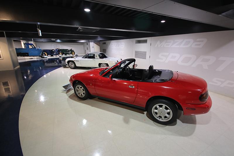 在Cosmo Sport一旁的,理所當然便是當代Roadster復興運動的主角1989年MX-5。