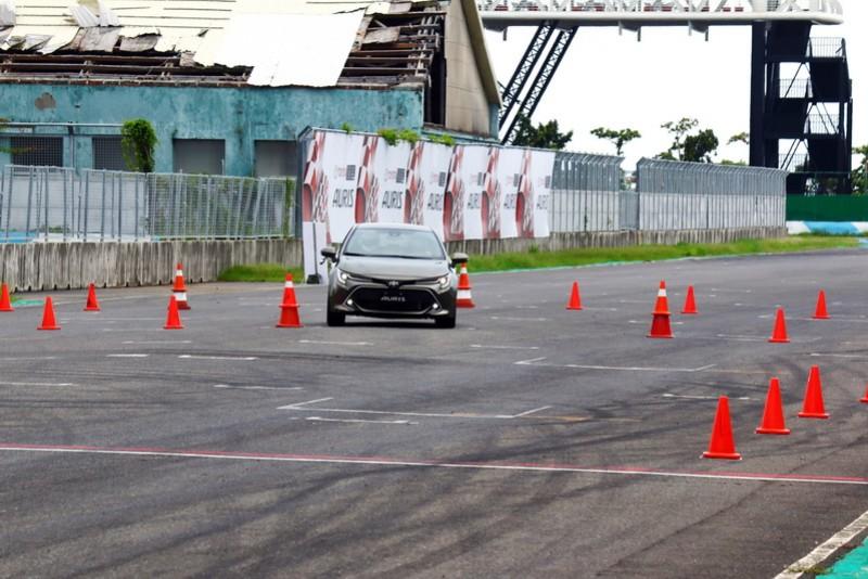 Toyota預先在賽道上規劃了高速換道、慢速繞錐以及綜合彎道測試三關