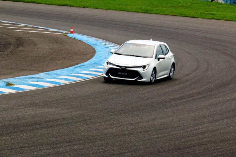 16吋輪胎在高速彎角除了容易因車速過快發生推頭現象,車尾的側滑程度也較18吋輪胎來的高