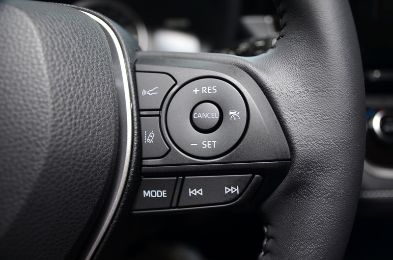 多功能方向盤上配置有多項行車安全輔助系統按鍵