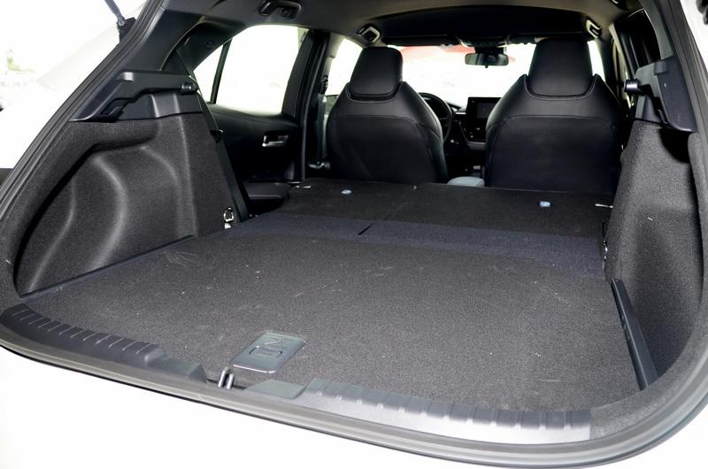 後座椅打平後,平整式的尾廂設計提供相當方便的置物空間