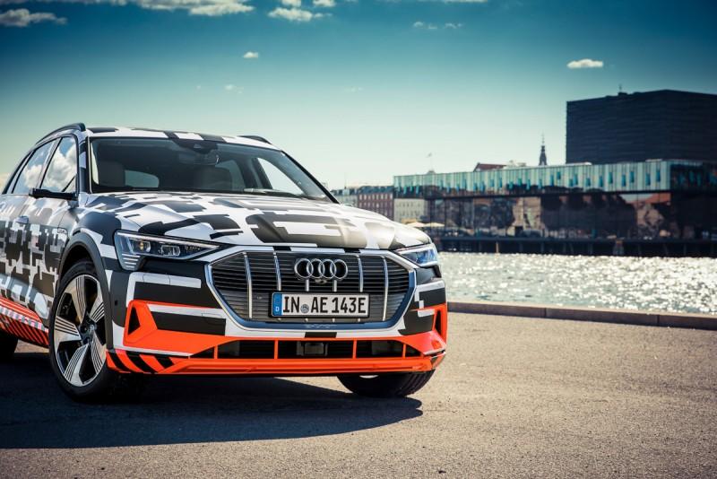 Audi e-tron prototype日前登上哥本哈根皇家丹麥劇場,首度敞開車門展示豪華、科技、優雅舒適兼具的車室座艙,完美詮釋數位化駕乘想像。