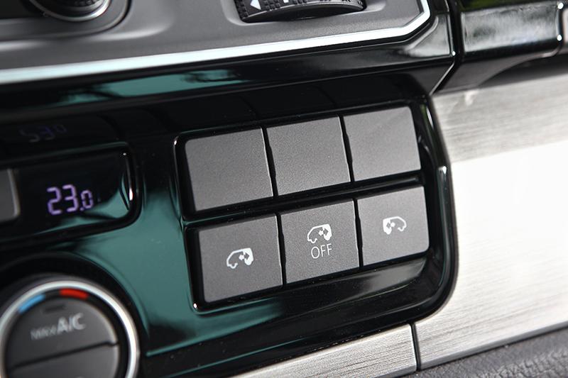 Comfortline以及Highline兩車型不僅具備可任意設定開啟高度的電動尾門,同時也能自車內操作啓閉電動側滑門。