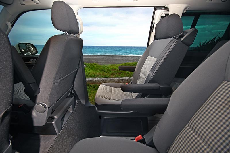 將車停妥七星潭,把電動側滑門打開,Volkswagen Multivan隨即成為海景第一排。
