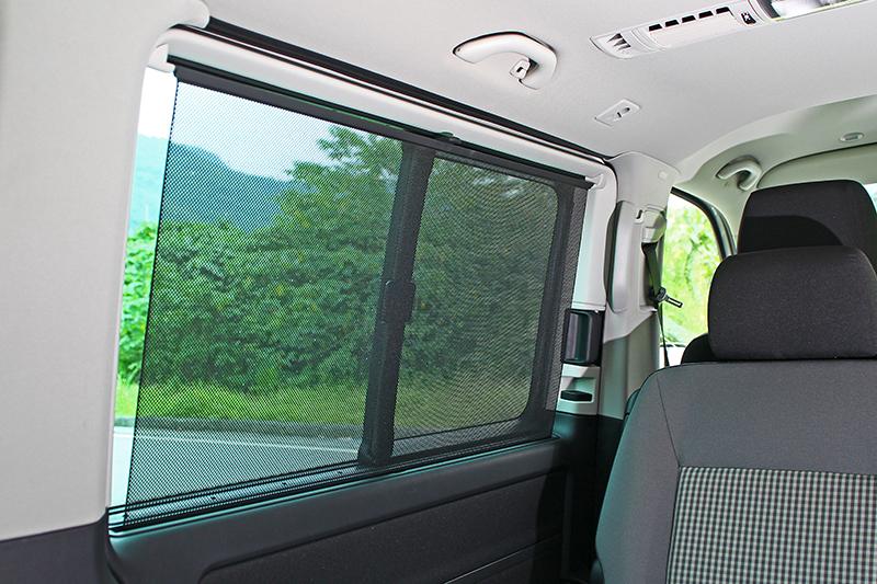 Volkswagen Multivan的後窗具備遮陽簾設計,可減少日曬程度並增添休憩時的隱蔽性。
