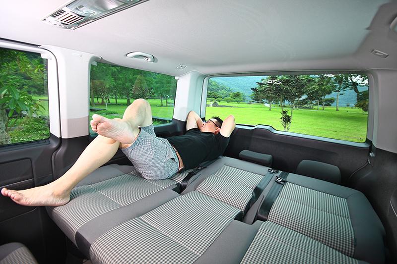 累了?將第三排座椅放平,Volkswagen Multivan隨即化身移動起居空間。