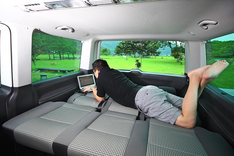 臨時有公事,或坐或臥,Volkswagen Multivan隨即又能變成工作場域。