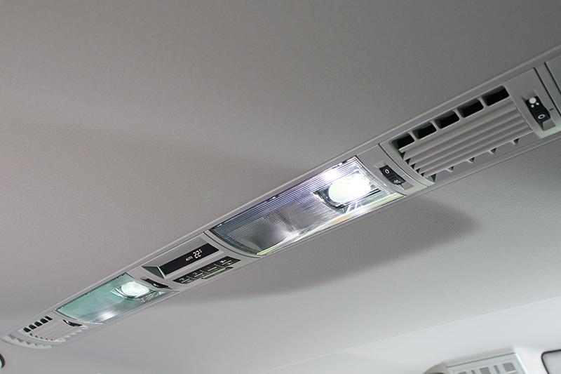 第二排與第三排頭頂皆具備出風口與照明設計,讓身處車室更加舒適。
