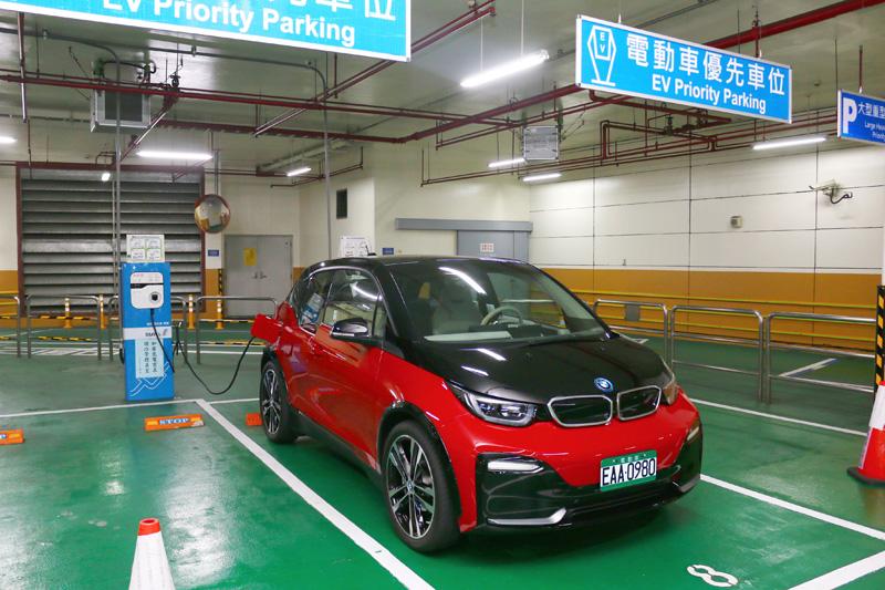其實現在在台灣的各大都會區要為電動車充電並不會太困難,絕大多數公有停車場與部分私人大廈都有電動車專屬充電區,還算是便利。