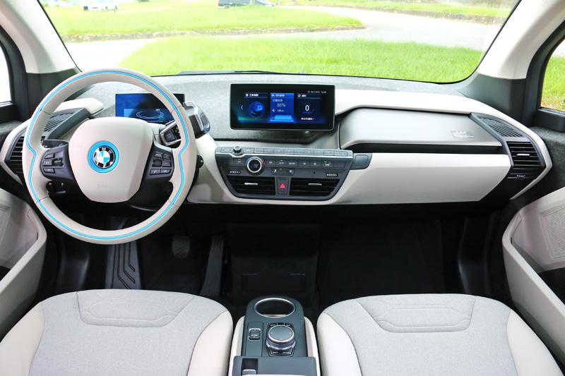i3系列車內大量採用可循環利用之環保材質,並以簡潔的設計營造科技感,全廠提供的試駕車輛另有選配智能衛星導航系統。
