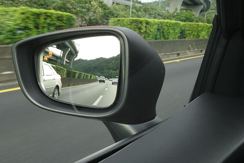 2019 Mazda2將偵測距離達50公尺的原裝BSM盲點偵測系統列為全車系標配。