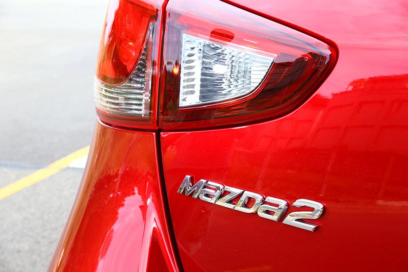 2019 Mazda2擁有晶艷魂動紅以及鋼鐵灰兩款新車色,宛如職人手工打造般的多層次塗繪技術,反射出耀眼且亮麗的光澤。