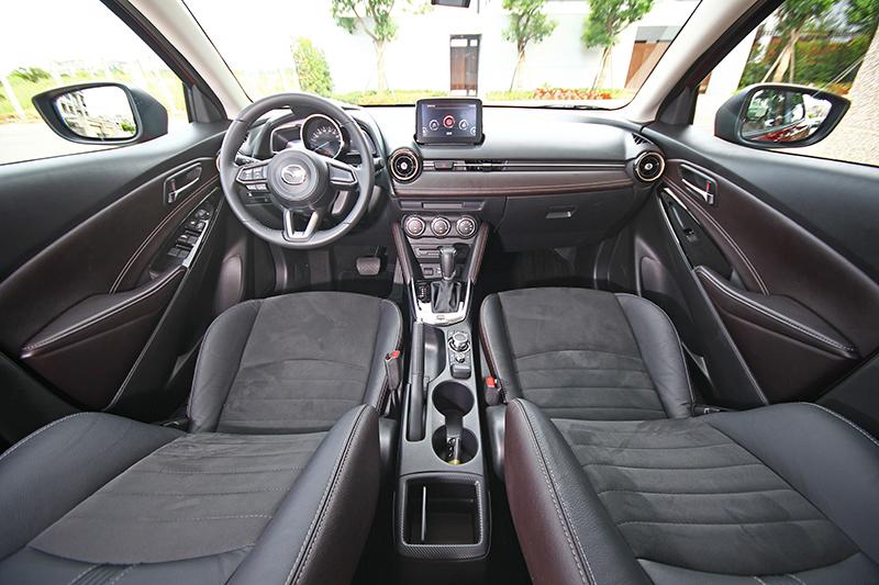 座艙延續一貫的細膩質感,以皮革與金屬元素精心打造的中控台加上頂級型車款的棕/黑雙色內裝相得益彰。
