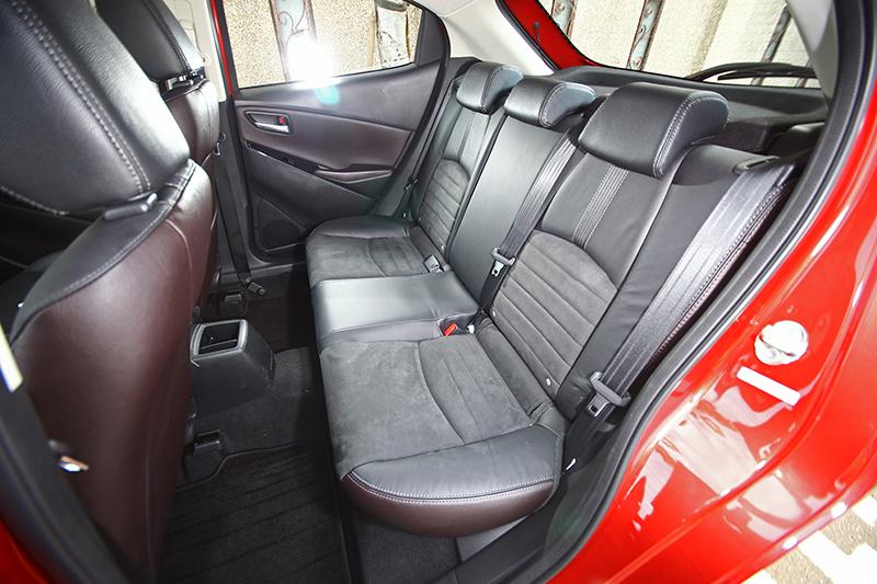 以真皮與麂皮搭配的雙材質座椅造型動感,乘坐感受也相當舒適。