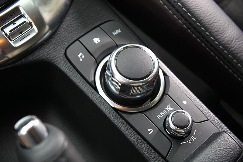 除觸控螢幕外,MZD Connect人機智慧資訊整合系統也可透過排檔座後方的旋鈕及按鍵操作控制。