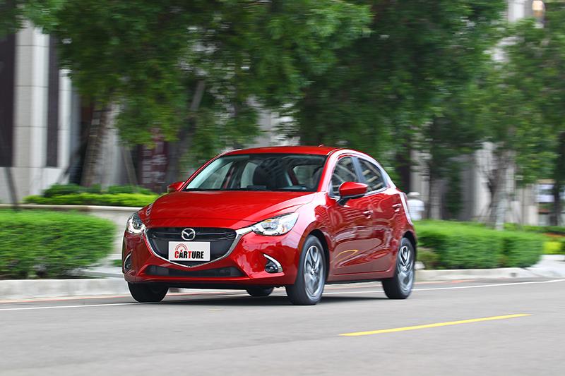 別看Mazda2小巧,動感性格開起來也架勢十足。