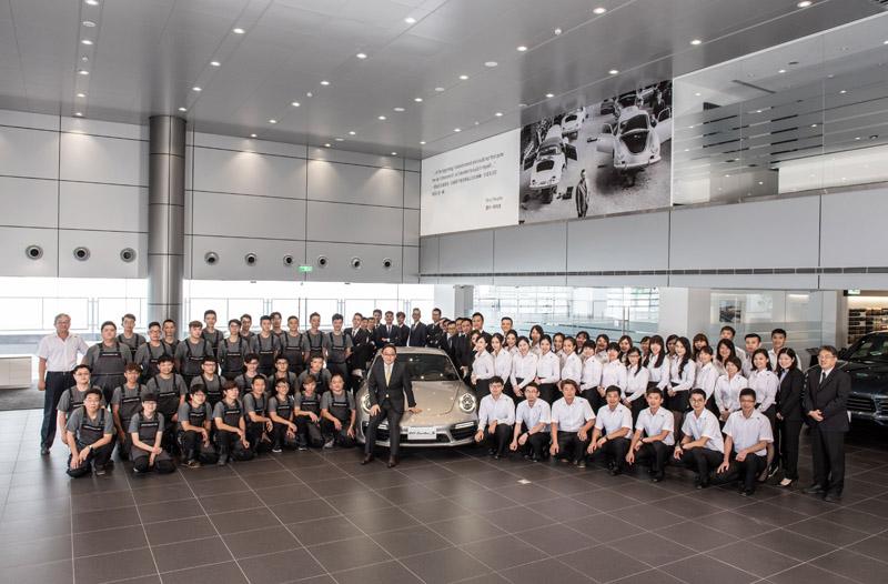 「保時捷新北展示暨服務中心」共有超過80名人員,接待人員由中華航空代為受訓,維修人員累積資歷超過400年,加上頂尖銷售與管理團隊,給予消費者最佳服務。