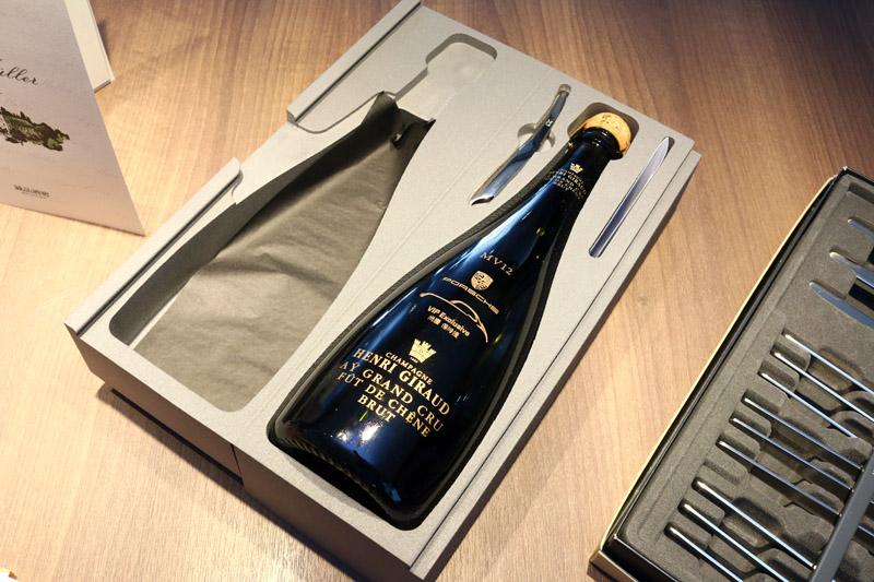 為讓每一位於Porsche新北購車的車主有最尊榮的感受,尚騰汽車總經理吳睿弘特地向法國香檳酒莊訂製專屬交車禮,從瓶身設計到頂級香檳都是為Porsche新北專屬打造,在法國香檳酒瓶上更首度印刻上中文,也是業界創舉。