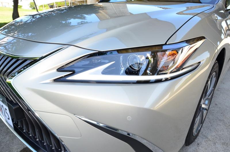 ES 200 的頭燈為遠/近LED配置,搭配細窄扁長的輪廓使得車頭的眼神更趨銳利