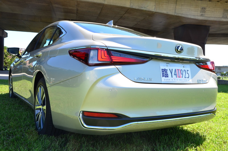 為了迎合更為動感的外型,車尾的視覺重心亦刻意向下修正