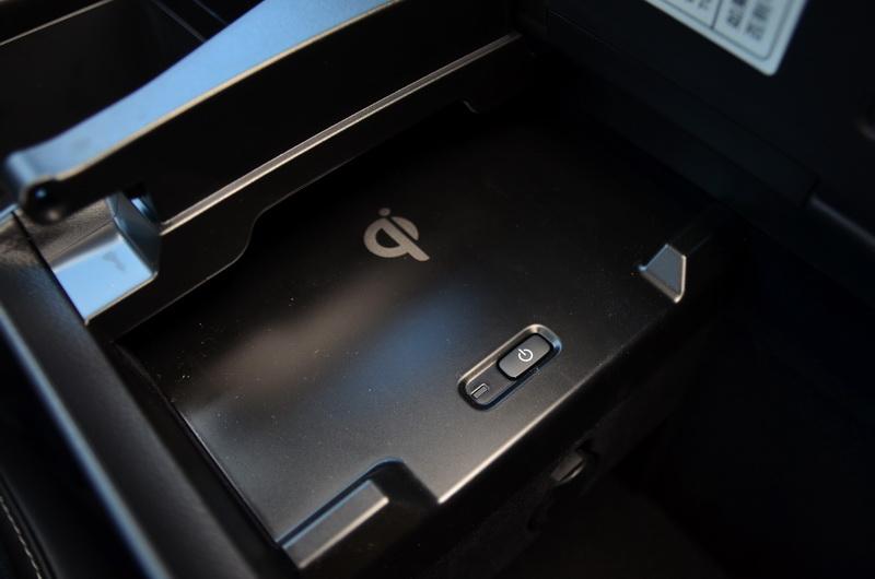 好用的無線充電板隱藏在中央扶手置物箱內