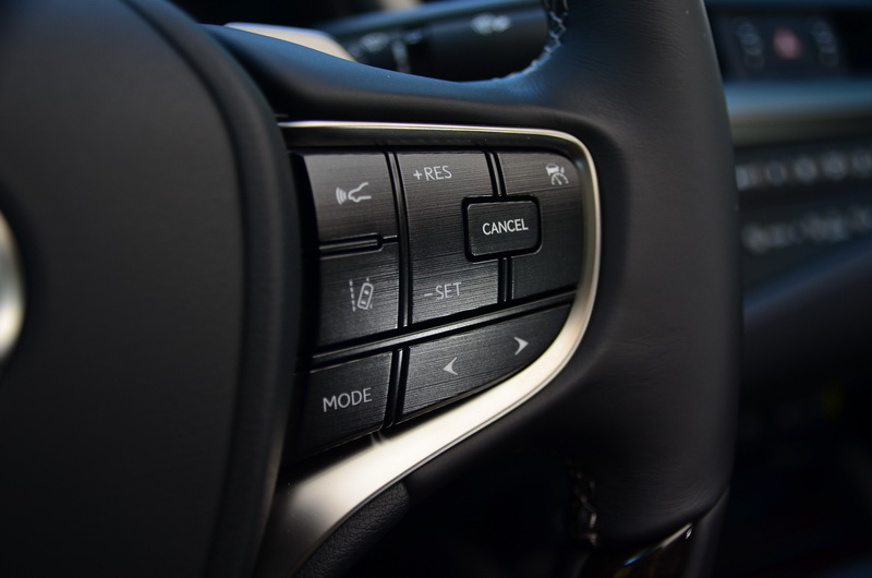 安全系統設定可在方向盤右側的功能鍵上操作