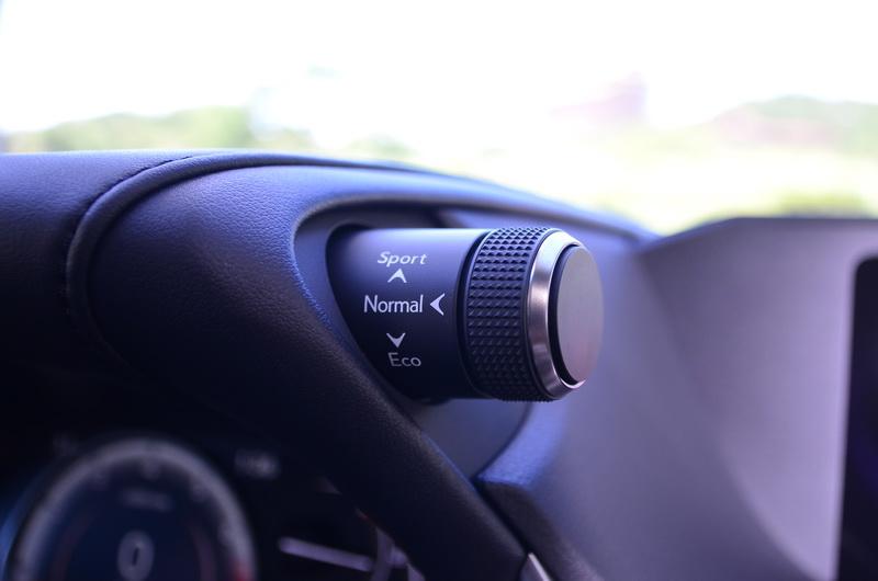 駕駛模式選擇鈕位在儀表上方的右側