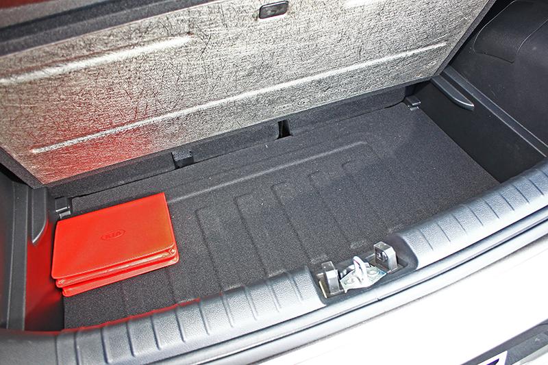 行李廂容積255升,所幸下方底板可掀起,可放置一些隨車小東西。