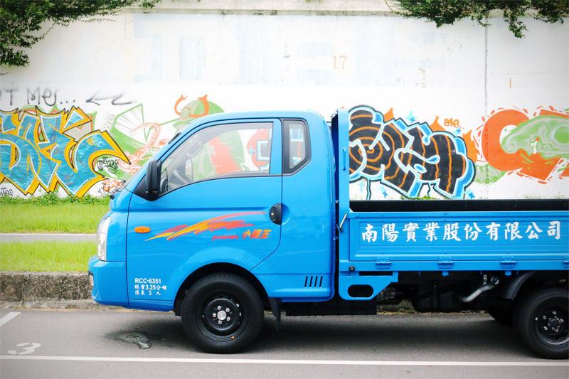 Hyundai Porter豪華型框式貨車,較一般平頭式貨車多了1/4廂,讓車內空間更為寬裕。
