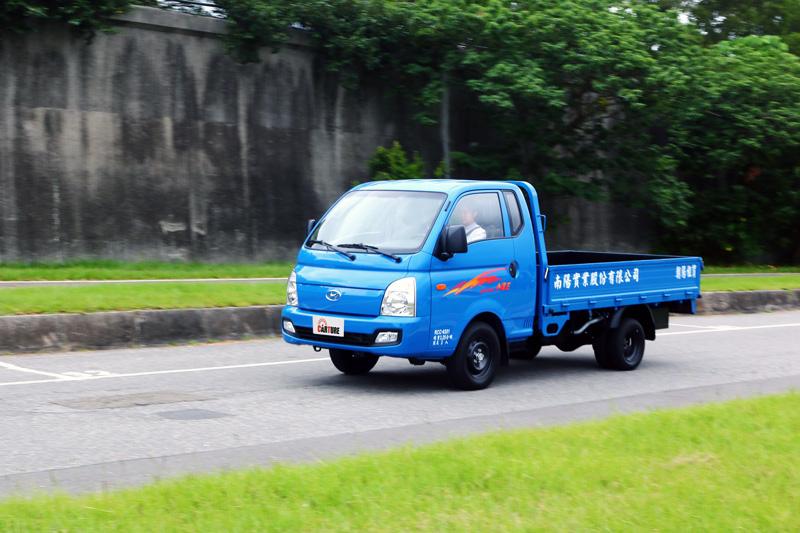 Hyundai Porter搭載了2.5升的CRDi柴油渦輪增壓引擎,可輸出130ps/26kgm最大動力,在空車狀態下全力衝刺跑起來還挺有勁道的。