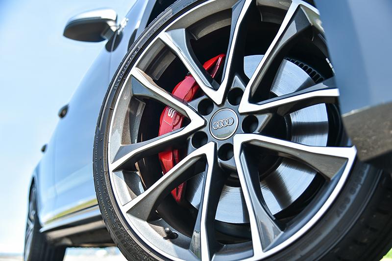 透過專屬運動化懸吊,S4 Avant較一般A4 Avant降低23mm,再加上19吋胎圈與強化煞車套件,帶來極其動感的形象。