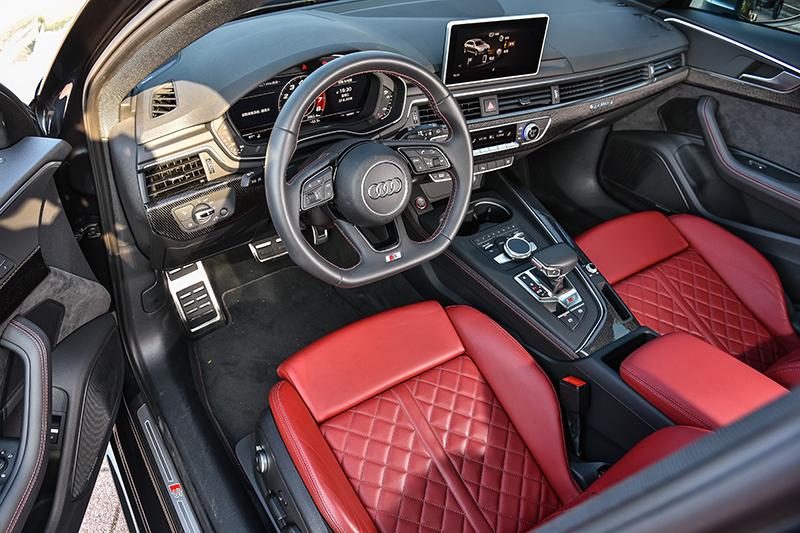 座艙裡,不僅作工質感優異同時用料細膩紮實,一點也不負Audi家族優良傳統。