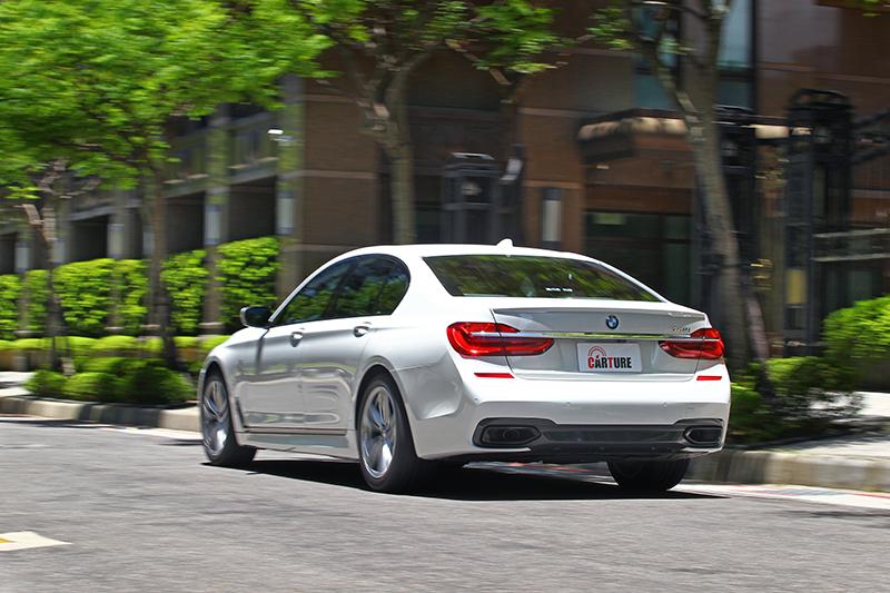 輕盈的車重帶來俐落的身手,同時也讓加速性能了得。