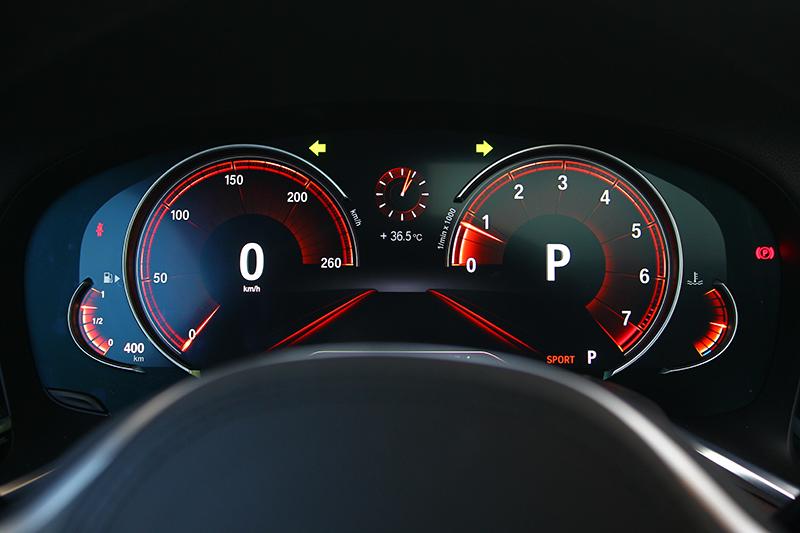 數位儀錶可隨駕駛模式變化顏色與樣式。