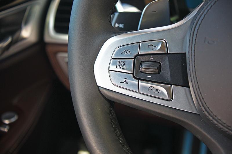 方向盤左側是便利且安全的駕駛輔助系統控鍵介面。