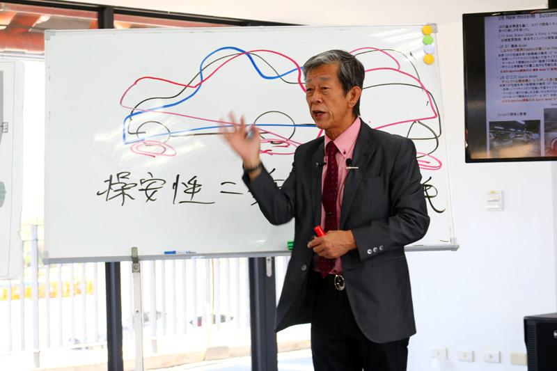 在室內解說時,水野和敏先生再度以其專業解釋車輛於賽道中開發的重要性以及對車輛設定的影響。