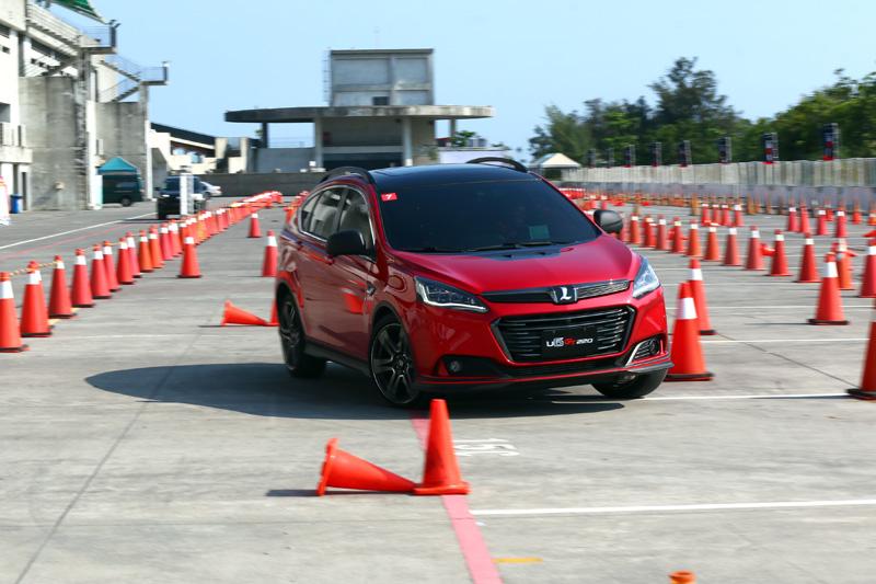 「金卡納障礙挑戰賽」對於車輛的靈活性與轉向精準度十分考驗。