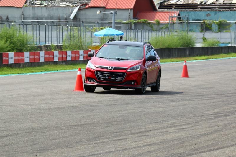 在賽道體驗中,原廠於大直線特安排繞錐關卡,讓參與者可以體驗U6 GT220高速轉向的穩定性。
