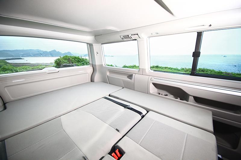 將車內後兩排座椅放倒便能換得大床一張,經實測就算睡上三名成人也很ok!