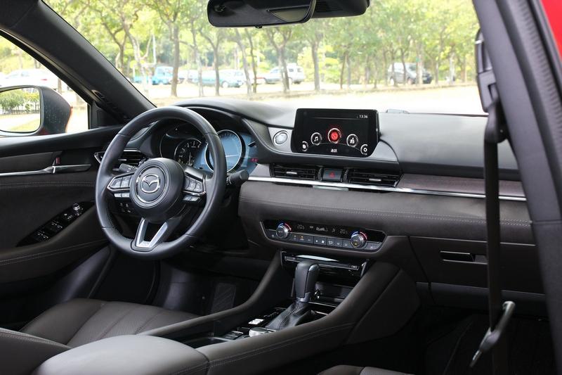 座艙線條採平直式設計,讓整體視覺呈現簡單俐落風格。