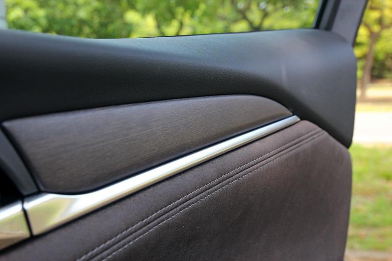 中控平台採麂皮鋪陳,冷氣出風口與門飾板等處也輔以實木飾板點綴,比以往來得更顯高級感。