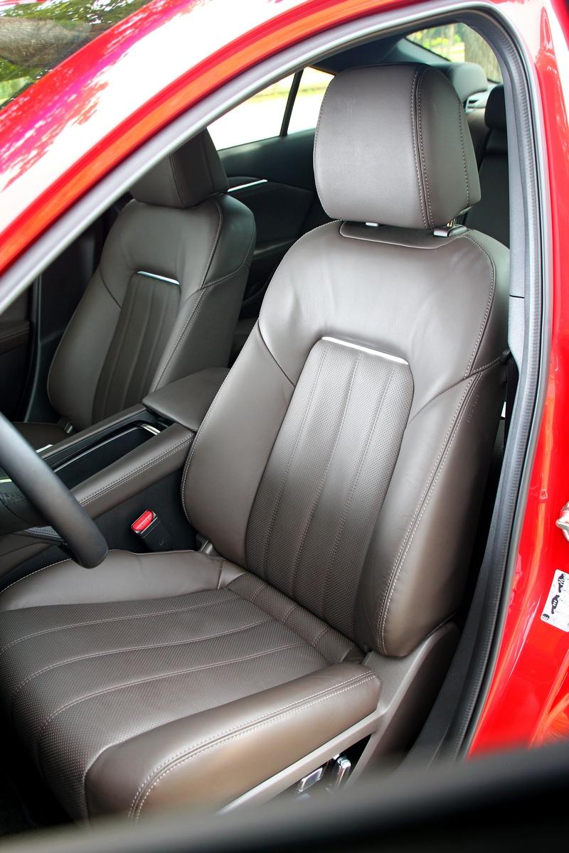 旗艦車型座椅採Nappa材質並提供通風功能。