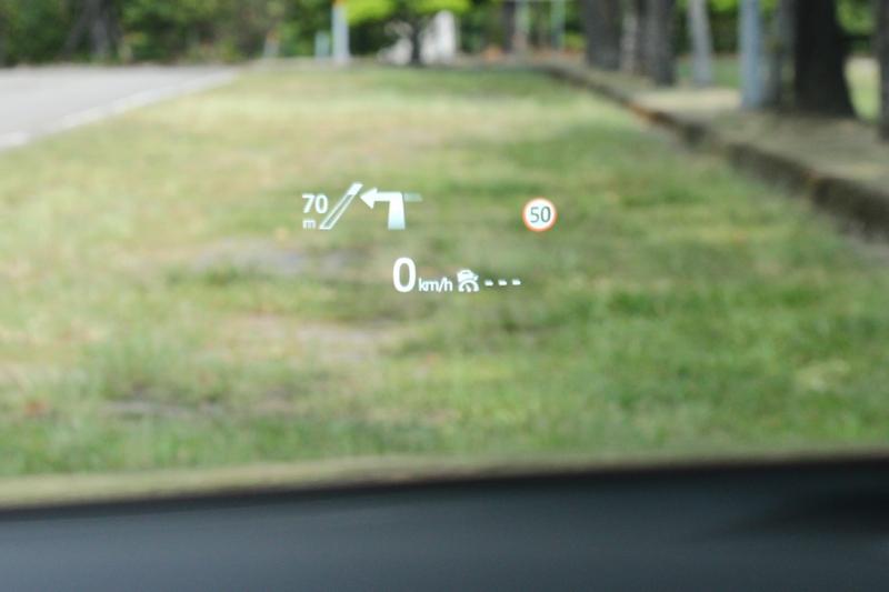 抬頭顯示器也改為前檔投影式,同時也整合導航資訊,可大幅減少視覺轉移幅度。