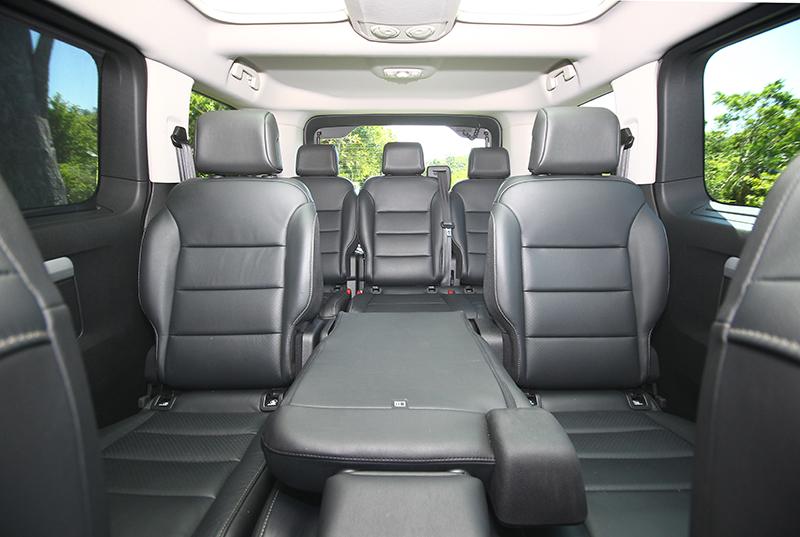 8/9人座的座艙規劃當然是商旅車之強項,但舒適乘坐姿勢與質感則是TRAVELLER領航家足引以自豪的部分。