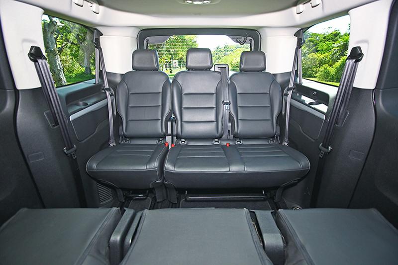 一般7/8人座車款的第三排可能只是聊備一格,但TRAVELLER領航家為標準8/9人座車型,第三排可是能真真切切坐進三名成人的空間,且還相當舒適。